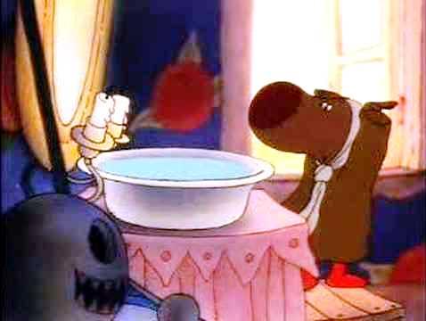Det lille, brune dyret William står foran vaskeservanten sin i soloppgangen og strekker på seg.