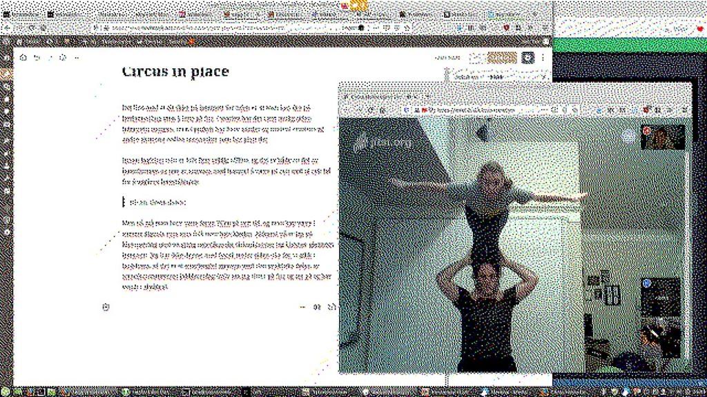Et skjermbilde av videosamtalen med to klovner som øver og en håndfull mennesker som bare er tilstede i det digitale rommet. I bakgrunnen er nettleseren min med dette blogginnlegget åpent.